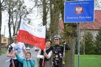 Mariusz Kosek z rodziną wita Gérarda Proteau na polskiej granicy.