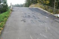 Po rajdzie samochodowym we wrześniu 2017 roku stan asfaltu na mostku na Jamrozowej Polanie pogorszył się