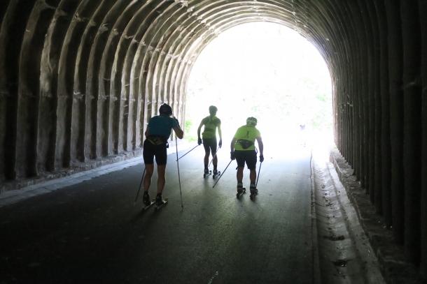 Przejazd przez tunel pod torami kolejowymi, to jedna z atrakcji sobotnich zawodów