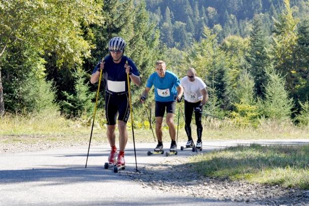 """Sześćdziesiątka nartorolkarzy rywalizowała o tytuły najlepszych """"górali"""" w Ski Way Przehyba Uphill"""
