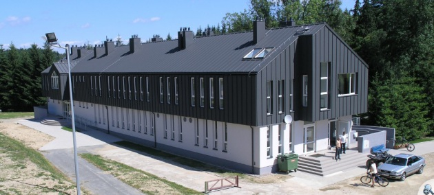 Przy torze znajduje się nowoczesny budynek z wypożyczalnią, szatniami, prysznicami i punktem gastronomicznym.