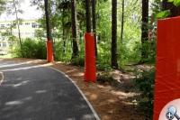 Na blisko rosnących drzewach zainstalowano osłony amortyzujące