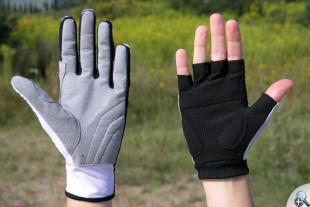 Jedna ręka w SKIGO Roller, druga w rękawiczce rowerowej