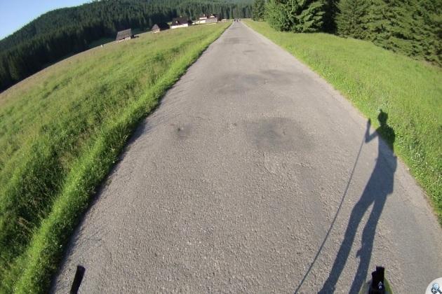 Cały odcinek pokryty jest asfaltem.