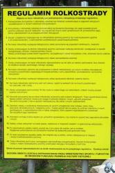 Tablice z regulaminami znajdują się przy wejściach na tor od strony szkoły i ulicy