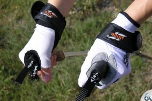 Dłuższe rękawiczki SKIGO Roller chronią nadgarstek przed obcieraniem przez pasek kija