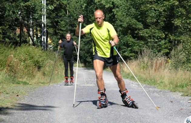 Na rolkach Skike można jeździć wyłącznie techinką przypominającą łyżwową na nartach biegowych.